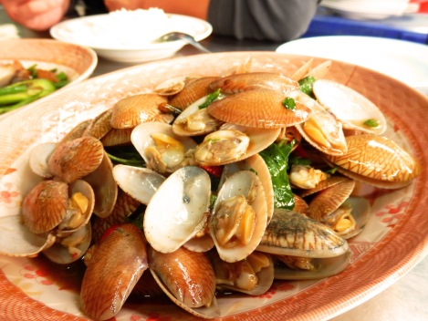 Clams sauteed with chili, garlic and basil